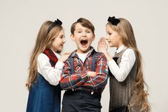Niños elegantes lindos en el fondo blanco del estudio Imagen de archivo libre de regalías