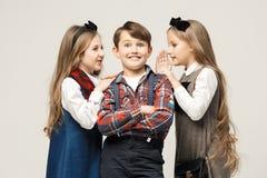 Niños elegantes lindos en el fondo blanco del estudio Fotografía de archivo