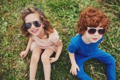 Niños elegantes lindos en parque del verano Foto de archivo