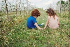 Niños elegantes lindos en parque del verano Imagen de archivo libre de regalías