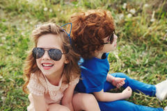 Niños elegantes lindos en parque del verano Imagen de archivo