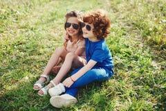 Niños elegantes lindos en parque del verano Fotos de archivo libres de regalías