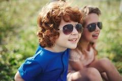 Niños elegantes lindos en parque del verano Foto de archivo libre de regalías
