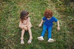 Niños elegantes lindos en parque del verano Fotos de archivo