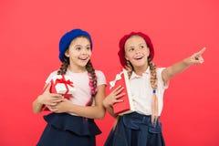 Niños emocionados sobre el desempaque de los regalos Las pequeñas muchachas lindas recibieron los regalos de vacaciones Traiga la fotografía de archivo