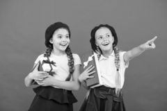 Niños emocionados sobre el desempaque de los regalos Las pequeñas muchachas lindas recibieron los regalos de vacaciones Traiga la imagenes de archivo