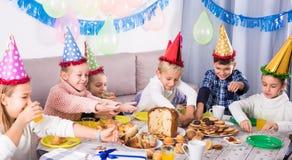 Niños emocionales que cenan al cumpleaños Imagenes de archivo