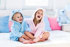 Niños en albornoz o toalla después del baño Fotos de archivo libres de regalías