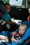 Niños en asiento de coche Fotografía de archivo libre de regalías