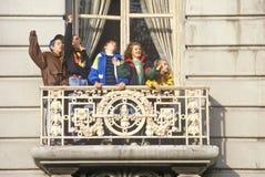 Niños en balcón en el desfile de Macy Imágenes de archivo libres de regalías