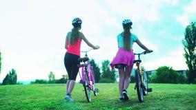 Niños en bici del paseo de la colina del top del casco de la bicicleta almacen de video