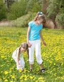 Niños en campo con la flor. Fotografía de archivo