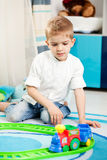 Niños en casa que juegan Fotografía de archivo libre de regalías