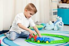 Niños en casa que juegan Imagenes de archivo
