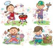 Niños en comida campestre con la barbacoa Imagen de archivo libre de regalías