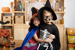 Niños en disfraces de Halloween fotografía de archivo