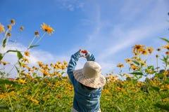 Niños en el amarillo amarillo de las flores del campo foto de archivo libre de regalías