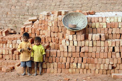 Niños en el Brickfield en la India Fotos de archivo