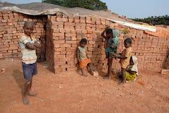 Niños en el Brickfield en la India fotografía de archivo libre de regalías