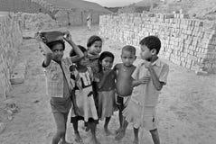 Niños en el Brickfield en la India Fotos de archivo libres de regalías