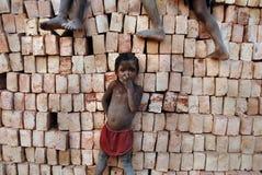 Niños en el Brickfield en la India Foto de archivo libre de regalías