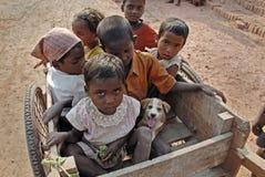 Niños en el Brickfield en la India Imagen de archivo libre de regalías