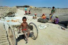 Niños en el Brickfield en la India foto de archivo