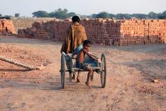 Niños en el Brickfield en la India fotografía de archivo