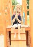 Niños en el cablecarril imagen de archivo