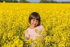 Niños en el campo con el florecimiento Fotografía de archivo