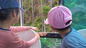 Niños en el coche de Hong Kong Cable de Forest Park al océano almacen de metraje de vídeo