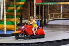 Niños en el coche de parachoques Fotografía de archivo libre de regalías
