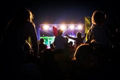 Niños en el concierto de un estrella del pop Imagen de archivo