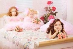 Niños en el cuarto de niños en alineadas rosadas Foto de archivo libre de regalías