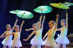 Niños en el drama de ejecución de la danza Imagen de archivo libre de regalías