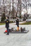 Niños en el guardia cerca de la llama eterna, Yaroslavl, Rusia Imagen de archivo libre de regalías