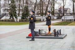Niños en el guardia cerca de la llama eterna, Yaroslavl, Rusia Fotos de archivo libres de regalías