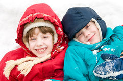 Niños en el invierno nevoso al aire libre Imagenes de archivo