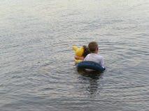 Niños en el lago Fotos de archivo