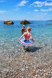 Niños en el mar imagenes de archivo