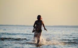Niños en el mar Fotos de archivo libres de regalías