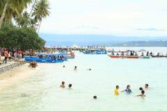 Niños en el mar y peregrinos que vienen a Mansinam Fotos de archivo libres de regalías