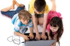 Niños en el ordenador imagen de archivo libre de regalías