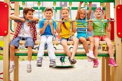 Niños en el oscilación Fotografía de archivo