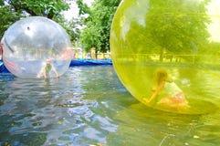 Niños en el parque de atracciones Imagen de archivo libre de regalías