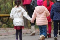Niños en el parque para un paseo Fotografía de archivo