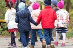 Niños en el parque para un paseo Fotos de archivo libres de regalías