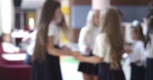 Niños en el pasillo de la escuela Cantidad de alta calidad suave borrosa 4k del efecto especial del foco del fondo almacen de metraje de vídeo