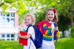 Niños en el primer día escolar fotos de archivo