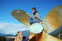 Niños en el propulsor Foto de archivo